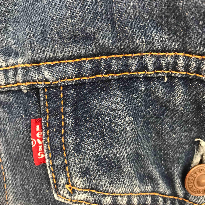 Jeansjacka från Levi's. Storlek XXL men ganska liten i storleken så har använts som oversized jacka av mig som har storlek 38 i vanliga fall. Köparen står för frakt, betalning sker via swish.. Jackor.