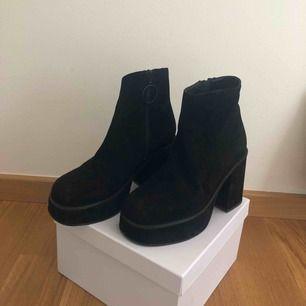 100 % läder  Platå skor från UNIF, fett coola och helt oanvända!  Nypris: 1200 kr  Möts i Stockholm eller frakta - köparen står för frakt