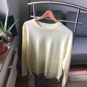 Så fin ljusgul tröja från Rodebjer! Strl XL men jag som är XS kan utan problem använda den då den är fett snygg oversized.  Pris kan diskuteras!  Möts i Stockholm eller fraktar - köparen står för frakt