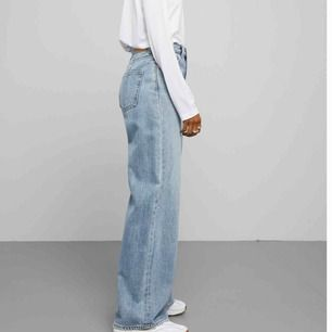 Jeans från Weekday!  Så sjukt snygg passform och har använt dem 3 - 4 ggr.  Gylfen är trasig men annars i nyskick.  Möts i Stockholm eller fraktar - köparen står för frakt.