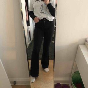 Snygga svarta stretchiga jeans från dr. Denim, säljer på grund av att byxorna har blivit för korta för mig, nypris är 499kr kan mötas i Stockholm men även frakta, köparen står då för frakt! Frakt kostar 59kr