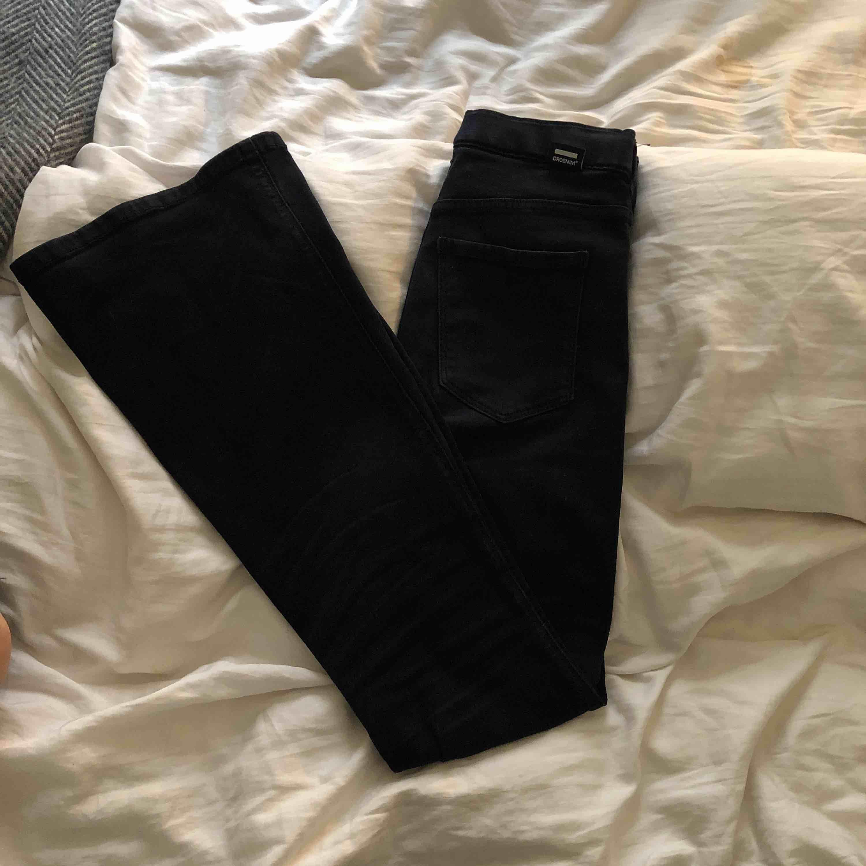 Snygga svarta stretchiga jeans från dr. Denim, säljer på grund av att byxorna har blivit för korta för mig, nypris är 499kr kan mötas i Stockholm men även frakta, köparen står då för frakt! Frakt kostar 59kr. Jeans & Byxor.