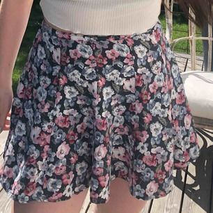 Somrig kjol från Hollister. Är lite kort på (har långa ben) så kan inte använda den mer. Köpte för 150. Frakt tillkommer å tar endast swish. Ha de gött