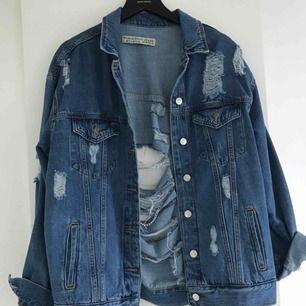 Säljer en oversized jeansjacka som nypris kostade 599kr (Från Chiquelle), använd endast 2 ggr💛 köparen står för frakten! PRISET GÅR ATT DISKUTERA!!!😁