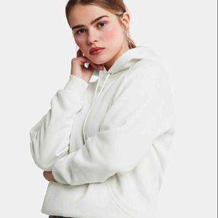 En vit hoodie från bikbok-använd max 5 gånger! Köpt för 300. Skick 9\10💕 Slutsåld i de flesta butiker!