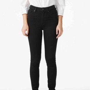 Fina skinny jeans i modellen oki från monki! Stretchiga och jättefina! Köpt för ca 350. Säljes pga ingen använding Frakt ingår ej