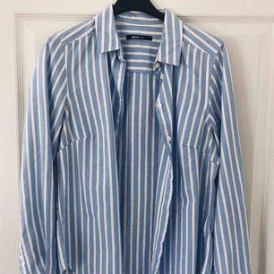 Figursydd skjorta från Gina Tricot. Jag har enbart provat den, aldrig använt.