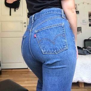 Ett par Levis jeans i modellen 501! Super fina men tyvärr för stora för mig så kommer ej till någon användning :( avklippta där nere! Är 160cm! Skriv för mer info! Frakt är 30kr