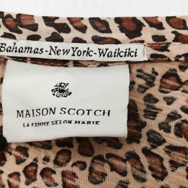 Leopard T-shirt med tryck från Maison Scotch. Enbart använt ett fåtal gånger.. T-shirts.
