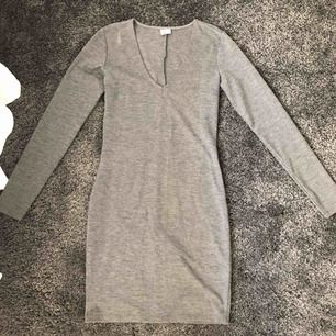Tight grå klänning från Gina Tricot. Använd 2 gånger så är i fint skick. Köpare står för frakt.