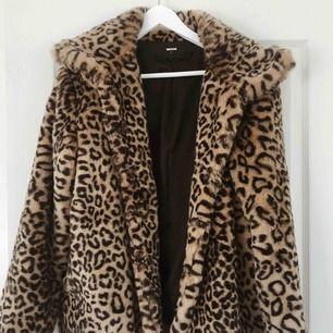 Leopardkappa från BIKBOK i storlek L, passar dock även en S-M. Köptes för 600 kr.