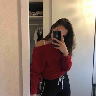 Superfin stickad tröja från na-kd som går att ha off shoulder!! Passar alla storlekar mellan XXS-S.   Fraktavgift tillkommer💖💖