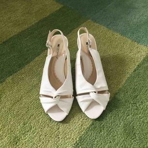 Eleganta vita skor, perfekta till sommarens festligheter! Endast provade inomhus.
