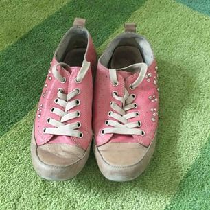 Supersnygga sneakers från Tamaris. Korall-/rosafärgade med nitdetaljer. Jättemjuka och sköna.