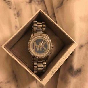 Säljer denna jättefina Michael kors klocka! Den är inte min storlek och därför säljer jag den, den har inget batteri som funkar heller och därför säljer jag den så billigt. Pris kan diskuteras vid snabb affär!