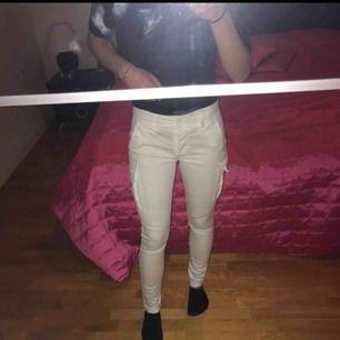 Ett par jättesnygga vita byxor/jeans med fickor på sidorna. Köpte de för jätte längesen och har aldrig använt de så de är verkligen jättebra i skick!