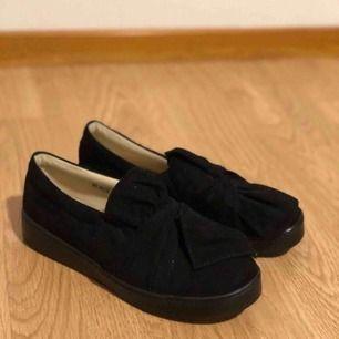 Säljer dessa superfina skor! Har endast använt de 2 gånger så de är i jättebra skick och kommer inte till användning så ofta så därför säljer jag de. Storlek 37