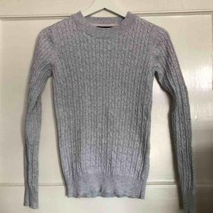 Ribbad grå tröja. Fint skick.  Köparen står för frakt.