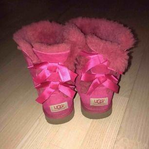 Säljer ett par rosa uggs från ugg australia. Har använt några gånger för längesen men använder inte längre för de är inte riktigt min stil.