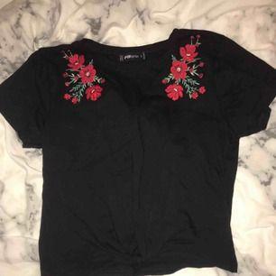 Säljer denna fina tröjan med rosor på. Kommer aldrig till användning så den är helt oanvänd.