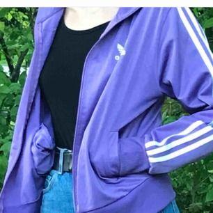 Fin adidasjacka i storlek XL men passar som S:) Köparen står för frakt.
