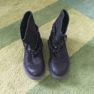 Snygga boots i svart med tuffa detaljer. Supersköna!