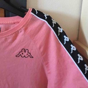 💞 Säljer en jättefin rosa kappa t-shirt i storlek M, använd fåtal gånger och är i bra skick. Köparen står för frakt :)