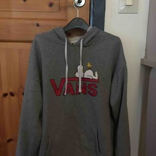 Säljer en Vans x Peanut hoodie, köpt för 500 kr. Storlek xs/s. Passformen är oversized och kan även passa M. Använd ganska mycket men är fortfarande i väldigt bra skick, trycket på tröjan har inga slitningar. Köparen står för frakt :)