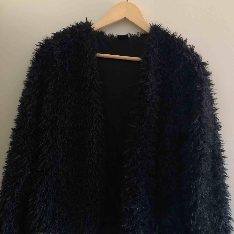 """Sparsamt använd """"pälsjacka"""" från Gina tricot.  Den är liten i storleken. Skickas mot frakt eller möts upp i Västervik 😊 . Jackor."""