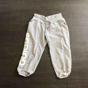 Tränings/mjukisbyxor från Adidas. 3/4-längd. Några år gamla, men sparsamt använda.  Frakt: 45kr.
