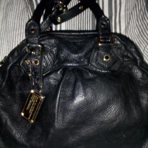 Säljer en Marc Jacobs svart skinn väska, large i mycket gott skick, det enda är att sidan av dragkedja har släppt lite men hindrar inte funktion eller utseende, en skomakare fixar det lätt, därför säljer jag den väldigt billigt! Den är absolut äkta!  Köparen betalar frakt 79kr