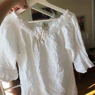 Går att använda off-shoulder instoppat i byxor eller kjol. En kortare person skulle kunna använda den som strandklänning.