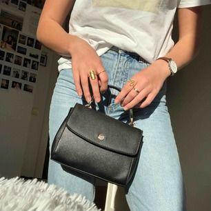 Oanvänd väska från bershka! Säljer pga att jag har för många väskor. Köparen står för frakten!