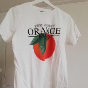 Vit t-shirt med tryck från Gina Tricot. Använd en gång!