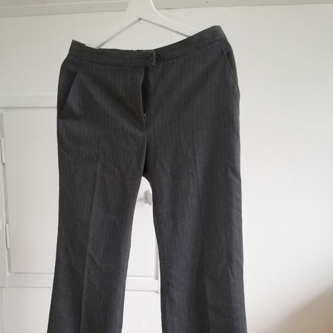 Grå kostymbyxor från Lindex med svarta smala ränder. Storlek 38 men jag har lagt upp dem så att de passar mig som är 160 cm!. Jeans & Byxor.