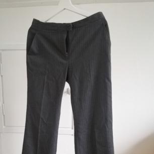 Grå kostymbyxor från Lindex med svarta smala ränder. Storlek 38 men jag har lagt upp dem så att de passar mig som är 160 cm!