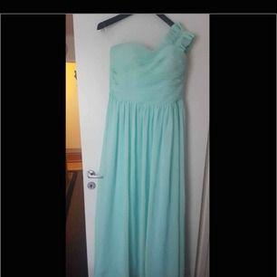 Turkos färg Balklänning fest klänning väldigt fin den är lång och storleken är One size använd 1 gång.  Finns i Västerås att hämta eller postas och köparen står för frakten.
