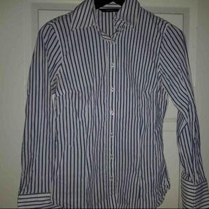 Figursydd skjorta från Zara i fint skick! Lite stretchigt material!