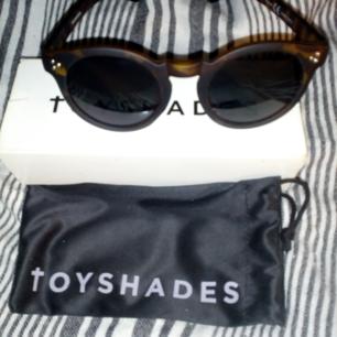Solglasögon Toyshades, använda några få ggr bara i perfekt skick, kommer med dustbag o kartong  Frakt 39kr