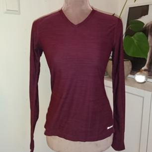 Vinröd långärmad tränings tröja från soc. Jättefint skick 9kr frakt betalning via swish
