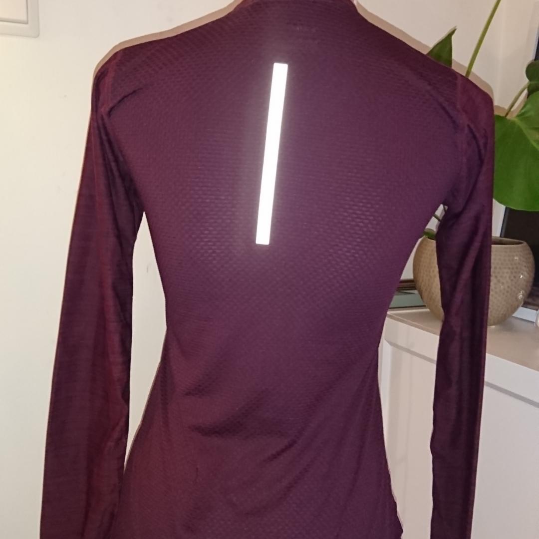 Vinröd långärmad tränings tröja från soc. Jättefint skick 9kr frakt betalning via swish . Toppar.