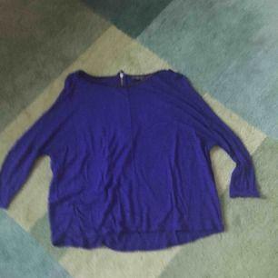Snygg topp från Zara i mörkblå färg. Dragkedja i ryggen och läderdetalj i halsen.
