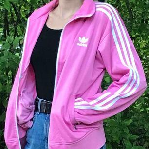 Snygg rosa adidasjacka i fint skick.💗 Står XL men passar mer som M. Hmu för fler bilder 😊köparen står för frakt!