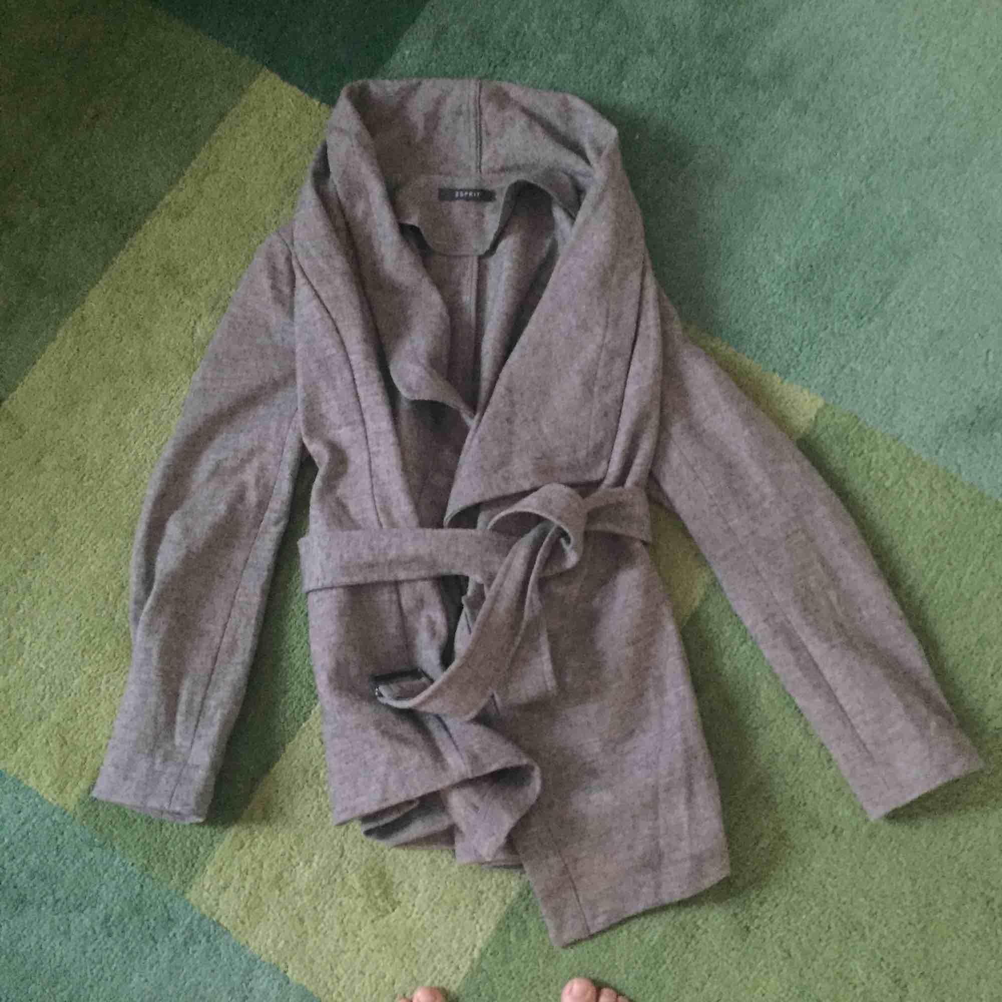 Snygg koftaliknande jacka från Esprit. Grå och varm då den innehåller ull.. Jackor.