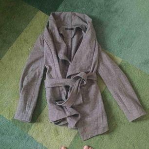 Snygg koftaliknande jacka från Esprit. Grå och varm då den innehåller ull.