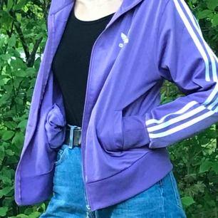 Snygg lila adidasjacka i fint skick! Står XL men passar mig som S jättebra. Hmu för fler bilder ✌️ köparen står för frakt!❣️