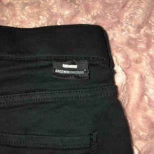 Säljer mina dr denim jeans i strl S de är knappt använda och har sin svarta färg kvar, säljer pga använder ett annat märke.