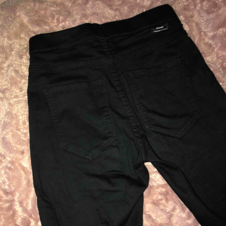 Säljer mina dr denim jeans i strl S de är knappt använda och har sin svarta färg kvar, säljer pga använder ett annat märke. . Jeans & Byxor.