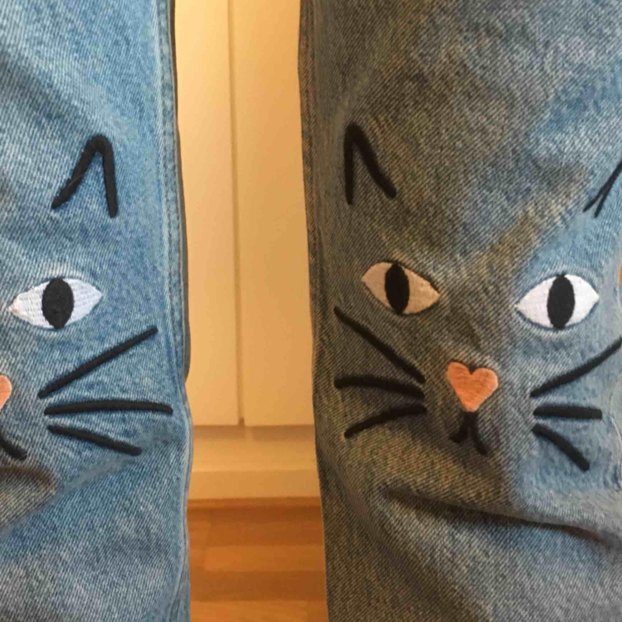 Helt oanvända jeans från monki i modellen kimono. De är verkligen superbekväma och har söta katter på knäna!! Säljer eftersom de aldrig har kommit till användning. Nypris 400kr. Jeans & Byxor.