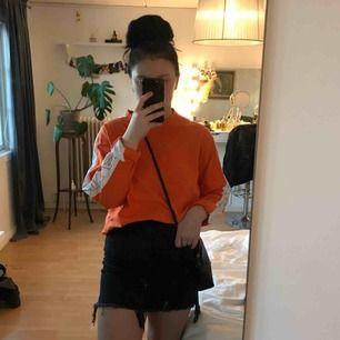 Svinsnygg orange tröja med text på ärmarna. Storleken är L från killavdelningen men passar alla mellan XS och L. Gillar när den är lite stor och jag är en S🧡🧡